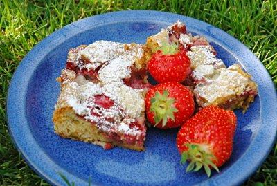 Nachgemacht: Blondies mit Erdbeeren und Pistazien