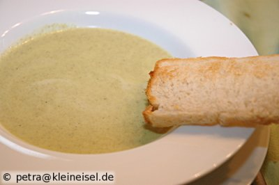 Sauerampfersüppchen mit selbstgebackenem Toast