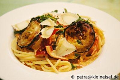 Spaghetti mit Gemüse und Ziegenkäse