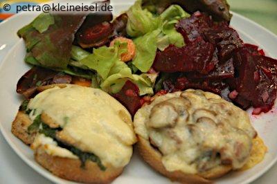 Kleine Vorspeise: Zweierlei Crostini mit Salat