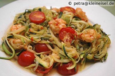 Zucchini-Nudeln mit Garnelen und Tomaten